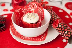 Valentines table accessories | Who wouldn't love a great home cooked meal on Valentines day? If your budget is tight this year save a pound or two and still achieve a wonderful Valentines themed table setting with Poundland.
