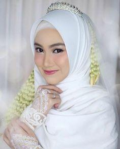 43 Ideas muslim bridal look wedding hijab dresses hijab indonesia Muslim Wedding Gown, Muslimah Wedding Dress, Muslim Wedding Dresses, Hijab Bride, Muslim Brides, Hijabi Wedding, Kebaya Wedding, Wedding Bride, Hijab Gown