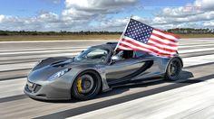 Am 14. Februar hat der Hennessey Venom GT einen neuen Speedrekord aufgestellt in der Klasse der Zweisitzer – 435,31 km/h! Getestet wurde dieses Monster am Kennedey Space Center auf der ca. 5 km langen Shuttle Landebahn.