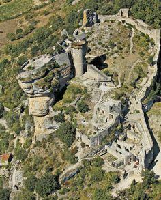 Aveyron : Rivière-sur-Tarn : Chateau de Peyrelade majestueuse forteresse médiévale du XIIème siècle bâtie sur un éperon rocheux dominant l'entrée des Gorges du Tarn.  Construit entre le XIIème et le XVIème siècle, il constituait au Moyen-Age l'une des plus importantes forteresses du Rouergue, grâce à la position de son rocher-donjon naturel qui lui permettait de contrôler la vallée du Tarn.