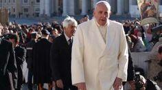 El Papa pide la liberación de todos los secuestrados para que regresen a casa por Navidad 24/12/2017 - 06:27 am .- Luego del rezo del Ángelus, el Papa Francisco hizo un nuevo llamado por la paz en el mundo y para que las personas secuestradas sean liberadas.