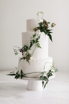 Simple and elegant! A classic cake can still make a strong statement.