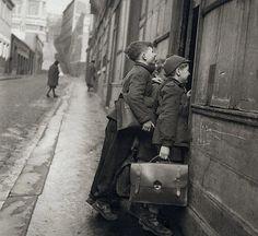 Robert Doisneau - Les écoliers curieux, Paris, 1953