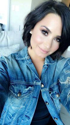 Pelo Demi Lovato, Demi Lovato Short Hair, Hairstyles With Bangs, Cool Hairstyles, Demi Love, Hair Today, Dark Hair, New Hair, Hair Inspiration