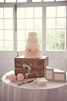 De esta foto es la idea de las maletas, cuadros y flor que se utiliza para vintage look.