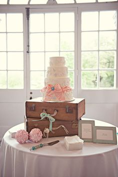 Vintage inspired wedding cake and display, styled by Belle Tulle Events, Photography Sison Photography, via Linen and Silk Weddings {New Orleans wedding, US wedding, French Quarter wedding, the Cabildo wedding }