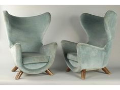 """Jean Royère (1902 -1981), Exceptionnelle paire de fauteuils """"Eléphanteau"""", assise gondole, appui tête formé de deux larges oreilles, piétement de quatre éléments (hêtre) montés en biais, recouverts d'un velours bleu d'origine. Adjugés 225 000 euros chez Maître GUILLAUMOT et ERA-ENCHERES RHONE ALPES/ GUILLAUMOT-RICHARD (Villefranche-sur-Saôn), le Samedi 1 octobre 2011."""
