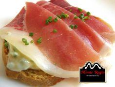 Mini Tostada de queso fundido y jamón serrano Monte Regio ¡Que delicia!