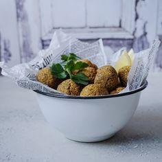 Falafel ovnbagte (kikærter, persille, løg, hvidløg, chili, koriander, spidskommen, flagesalt, bagepulver, loppefrøskaller)