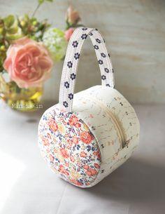 Rollcake bag – Minki's Work Table – Schnittmuster Patchwork Bags, Quilted Bag, Round Bag, Simple Bags, Easy Bag, Denim Bag, Fabric Bags, Handmade Bags, Cosmetic Bag