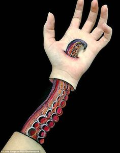 Artist Creates Incredible Optical Illusions on Her Arm Tattoos And Body Art body art designs Illusion Kunst, Illusion Art, Hand Kunst, Tatoo 3d, Illusion Paintings, Geniale Tattoos, Special Effects Makeup, Maquillage Halloween, Hand Art
