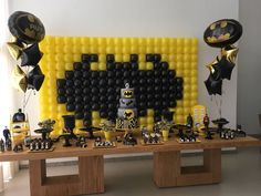 Festa do Batman: 70 ideias que vão animar até os morcegos Batman Party, Kid Birthdays, Candy Stations, Parties Kids, Globes, Centerpieces, Manualidades