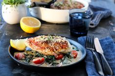 Gratinert kylling med spinat og parmesan Parmesan, Salmon Burgers, Camembert Cheese, Ethnic Recipes, Food, Drinks, Spinach, Salmon Patties, Meal