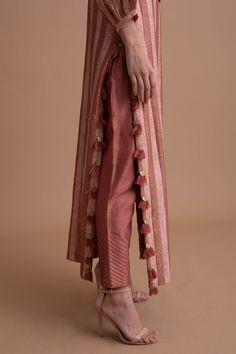 Kurti Sleeves Design, Kurta Neck Design, Sleeves Designs For Dresses, Indian Fashion Dresses, Dress Indian Style, Indian Designer Outfits, Pakistani Fashion Casual, Stylish Dresses For Girls, Stylish Dress Designs