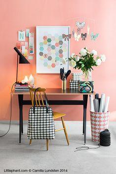 Home office com parede colorida.