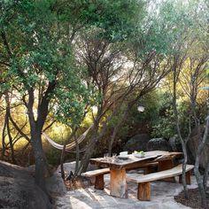 Une salle à manger d'extérieur en pleine forêt - Corinne Vezzoni, maison en Corse