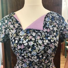 Super pretty bodice of the #lanewaydress by @jenniferlaurenhandmade in this vintage style floral from Sevenberry.  It's perfect for making to wear at a day out somewhere like @goodwoodrevival #dressmaking #sewcialists #chichester #learntosewinchichester #sewinginchichester #westsussex #hampshire #sewing  #goodwoodrevival #vintagedress
