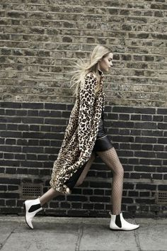 Leopard print is an a-list love. They've unleashed their animal instincts with a spot of leopard print this season - from dresses to coats, bags to shoes. Mode City, Leopard Coat, Leopard Cardigan, Long Cardigan, Maxi Coat, Moda Paris, Look Chic, Mode Style, European Fashion