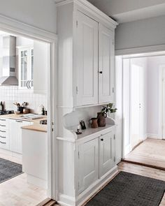 Serveringsskåp på Hvitfeldtsgatan😍 #alvhem #kungshöjd Kitchen Interior, Kitchen Design, Cosy Kitchen, Kitchen Styling, Built Ins, Villa, Vintage Kitchen, Home Projects, Home Kitchens