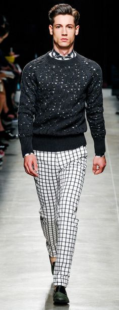 Bottega Veneta Spring How to achieve a polka dot/checked look with out real polka dots! Get yourself a slightly perforated top over a checked shirt or better still plain white shirt. Mens Fashion Blog, Look Fashion, High Fashion, Fashion Show, Fashion Menswear, Runway Fashion, Plain White Shirt, Winter Typ, Looks Black