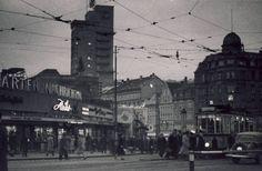 """Der Tagblattturm in der Stuttgarter Eberhardstraße war bei seiner Fertigstellung im Jahr 1928 mit seinen 61 Metern der höchste Bau in der City. Das Foto zeigt das Hochhaus in den 50er Jahren - wahrscheinlich von der Oberen Königstraße aus. Bis zum Jahr 1943 war das Gebäude Sitz des """"Stuttgarter Neuen Tagblatts"""", woher der Turm seinen Namen hat. Nach Ende des Zweiten Weltkriegs war das Gebäude Heimat der Stuttgarter Zeitung, bis sie 1978 ins Pressehaus in Möhringen zog. Heute sind in dem…"""