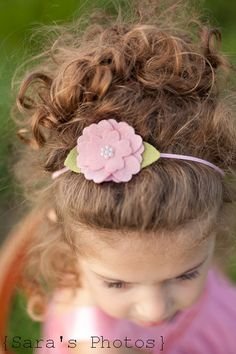 Pink skinny elastic and a wool felt flower embellished with a pearl flat back center. Felt Headband, Baby Girl Headbands, Baby Bows, Felt Flowers, Flowers In Hair, Fabric Flowers, Barrettes, Hairbows, Diy Hair Accessories