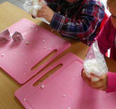Tip om zeep te maken met de kindjes: doe zeepvlokken en badschuim in een zakje. Laat de kleuters in het zakje kneden. Minder rommel en sneller klaar! *liestr*