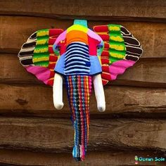 Tem boas coisas acontecendo. A Ocean Sole é uma ONG fundada pela africana Julie Church que se preocupa com o ecossistema marítimo. Em linhas gerais a ONG recolhe e recicla em suas oficinas material plástico e borracha descartado no mar. O principal material recolhido são chinelos de borracha que passam pelas mãos de artesãos capacitados pela própria ONG. A reciclagem transforma o lixo em arte na forma de animais como elefantes girafas etc. Veja mais sobre o trabalho da instituição…