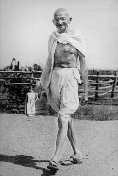 13 Unknown, interesting and surprising facts about the Father of Nation - Mahatma Gandhi that will blow your mind. Rea More to know- hidden facts of Gandhi Rare Pictures, Historical Pictures, Rare Photos, Mahatma Gandhi Photos, Gandhi Quotes, Mahathma Gandhi, Quotes Quotes, Indian Freedom Fighters, Indira Gandhi