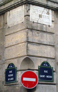 Anciennes et nouvelles plaques de rues à l'intersection de la rue Pierre-au-Lard et de la rue Saint-Merri - Paris 4ème.