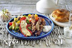 Souvlaki met Griekse salade en tzatziki-Souvlaki met Griekse salade en tzatziki