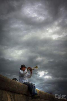 trompeteando el cielo del Malecón.