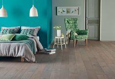 Chambre avec parquet en chêne gris. Référence : parquet flottant chêne Zenitude Topia Diva 184, collections PANAGET.