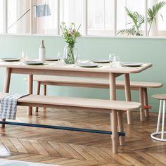Une table à manger aux doux accents scandinaves, Hartô. table à rallonges en bois avec bords et coins arrondis et bancs en bois assortis.