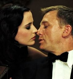 Casino_Royale_-_Eva_Green_-_James_Bond_about_to_kiss_-_man_about_to_kiss_a_woman.jpg (400×434)