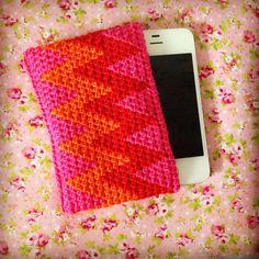 Tapestry crochet: I-phone cozy Crochet Accessories, Bag Accessories, Crochet Gifts, Knit Crochet, Crochet Phone Cover, Crochet Mobile, Tapestry Crochet, Woven Fabric, Iphone