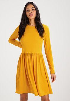 """alt av kjoler/gensere/skjørt osv i morsomme farger/mønstre.    Str 38/40 M/L, kommer ann på om de ser """"store eller små"""" ut i størelsen :P    Her eksempel fra zalando"""