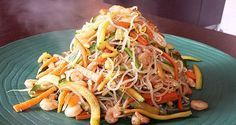 Oggi vi propongo degli shirataki con verdure e gamberetti. Gli shirataki sono spaghetti giapponesi ricavati dalla pianta di konjac. Hanno pochi carboidrati.