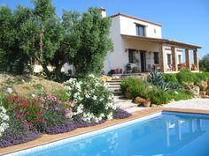 Diese wunderschöne Finca mit herrlicher Aussicht auf die Berge von Grazalema liegt in einem eingezäunten Land inmitten von Olivenbäumen. Mit 3 Schlafzimmern und zwei Bädern ist es eine kleine Oase, die in der wunderschönen andalusischen Landschaft eingebettet ist. Das Stadtzentrum Ronda ist gerade mal 15 Minuten entfernt und bietet eine große Auswahl an verschiedenen Geschäften, Restaurants und Bars. Malaga, Andalucia, Restaurants, Mansions, House Styles, Outdoor Decor, Home Decor, Shared Rooms, Large Bedroom