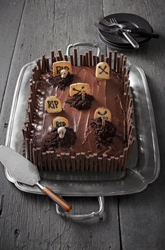A Blissful Nest shares the yummiest and scariest Halloween desserts out there! Get recipes and ideas for your Halloween party. Chocolat Halloween, Halloween Torte, Pasteles Halloween, Bolo Halloween, Recetas Halloween, Dessert Halloween, Halloween Goodies, Halloween Desserts, Halloween Food For Party