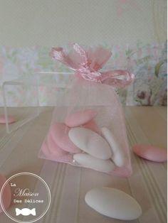 Pochette à dragées traditionnelle simple, sobre mais tojours élégante couleur rose poudré. http://www.maison-des-delices.fr/contenants-a-dragees-mariage-sachet-480