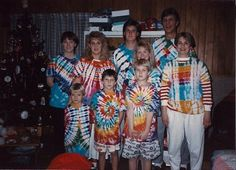 20 Terrifyingly Awkward Holiday Portraits - my favorite color is tye dye, too, but this is a little over the top. Christmas Humor, Vintage Christmas, Funny Christmas Pictures, Christmas Pics, Awkward Family Photos, Crazy Outfits, Dye T Shirt, Sweet Memories, Beautiful Family