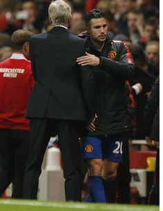 Van Persie has a small exchange with Wenger at full time