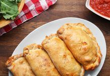 who love meat love this classic calzone - People will eat out of your hand. -Those who love meat love this classic calzone - People will eat out of your hand. Pizza Recipes, Meat Recipes, Cooking Recipes, Cooking Tv, Dinner Recipes, Tasty, Yummy Food, Meat Lovers, Snacks