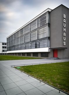 The Bauhaus School at Dessau Architect: Walter Gropius (Credit: Thomas Lewandovski) Walter Gropius, Le Corbusier, Amazing Architecture, Art And Architecture, Classical Architecture, Minimalist Architecture, Design Bauhaus, Bauhaus Art, Bauhaus Building