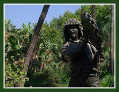 """El verdialero, otra de las esculturas escondidas entre la vegetación del Parque. Es genuino de la Ciudad, pues los Verdiales es el cante propio de los pueblos de Los Montes de Málaga. ¿Quién no conoce el famoso sombrero del verdialero llamado """"tontito""""?"""