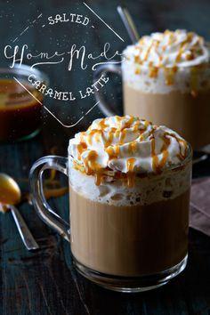 Hausgemachte Salted Caramel Latte  ZUTATEN  1-2 Schüssen Espresso  8 Unzen schäumter Milch  1-2 Esslöffel Karamellsauce  Prise Meersalz  Schlagsahne