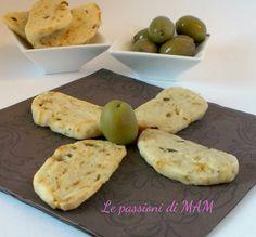 Biscotti salati alle olive una ricetta per aperitivo, stuzzichino facile da preparare e senza lievitazione