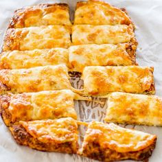 Cheesy Cauliflower Breadsticks - Crostini de Couve flor e queijo♥ Cauliflower Breadsticks, Cheesy Cauliflower, Cauliflower Dishes, Riced Cauliflower, Breadsticks Recipe, Cheesy Breadsticks, Cauliflower Cheese Bread, Garlic Cheese, Mac Cheese