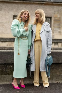 Guests are seen on the street attending VALENTINO during Paris Fashion Week wearing VALENTINO on March 2019 in Paris, France. Get premium, high resolution news photos at Getty Images Street Style Trends, Looks Street Style, Looks Style, Spring Street Style, Look Fashion, Daily Fashion, Girl Fashion, Fashion Outfits, Fashion Trends